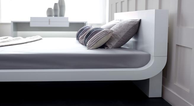 Roma, una cama en blanco minimalista – revista muebles ...