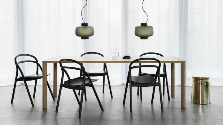 Mesa-con-sillas-de-Hem-Design-Studio