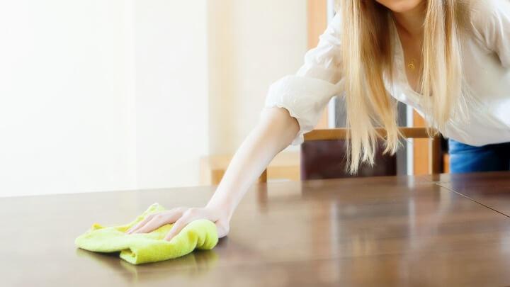 limpieza-de-una-mesa