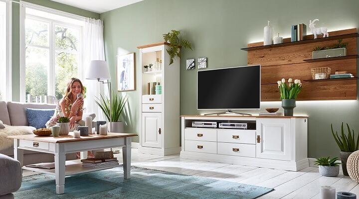 salon-con-muebles-en-blanco-y-madera