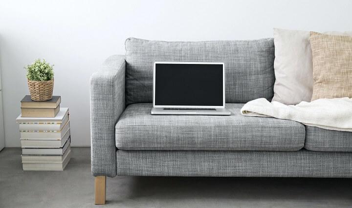 sofa-con-un-portatil-encima